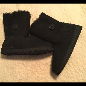 Size 10 black Uggs short boot